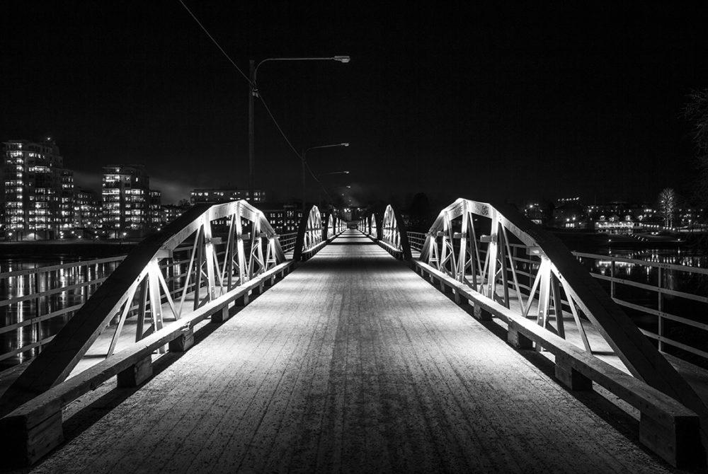Nattbild av cykelbron i Umeå