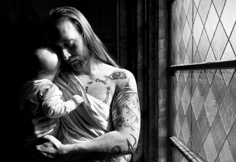 Pappa och son vid kyrkofönster