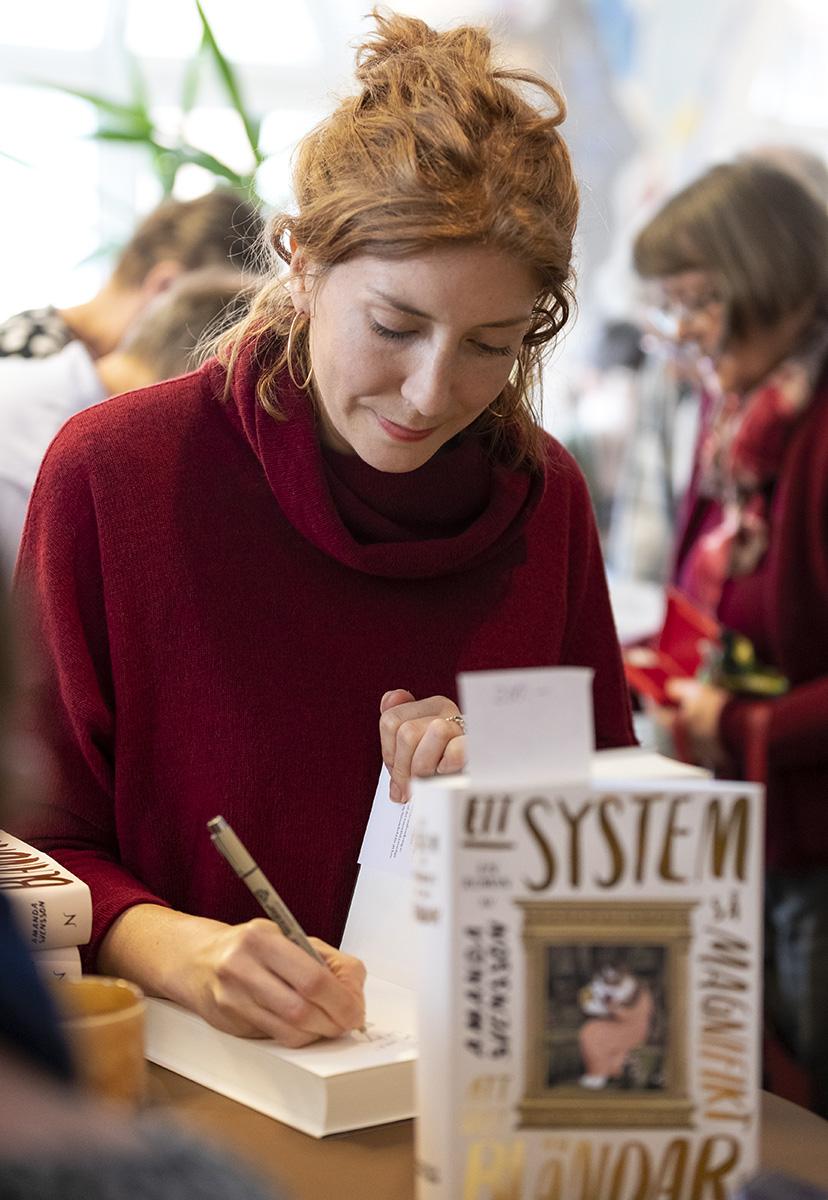 Författaren Amanda Svensson signerar bok under Littfest i Umeå