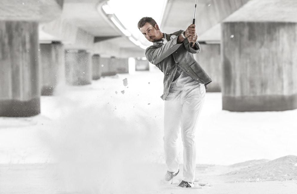 Golfspelaren Henrik Stenson svingar under Kyrkbron i Umeå