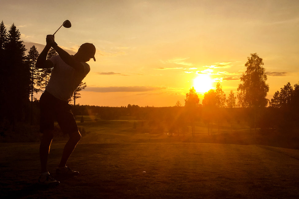 Golfspelare i solnedgång på Umeå Sörfors Golfklubb