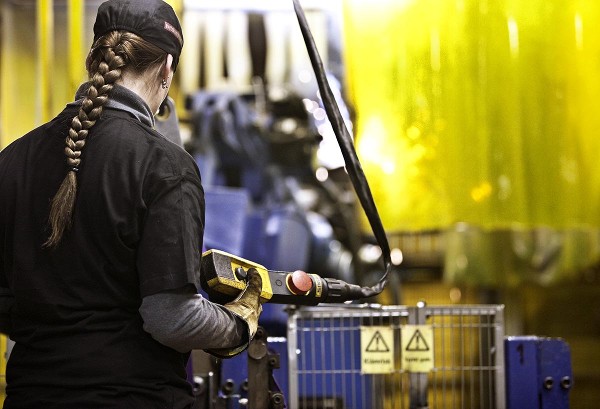 Kvinna vid maskin inom verkstadsindustrin