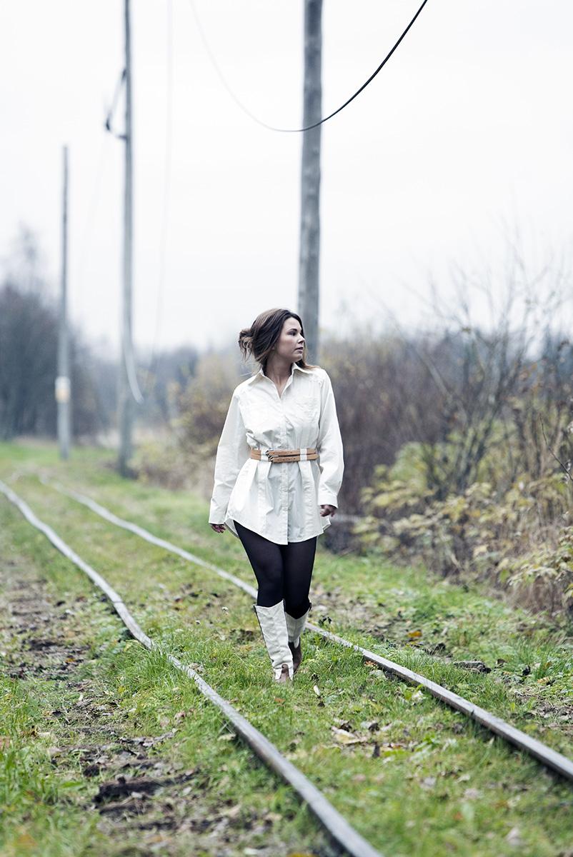 Kvinna går längs järnvägsspår