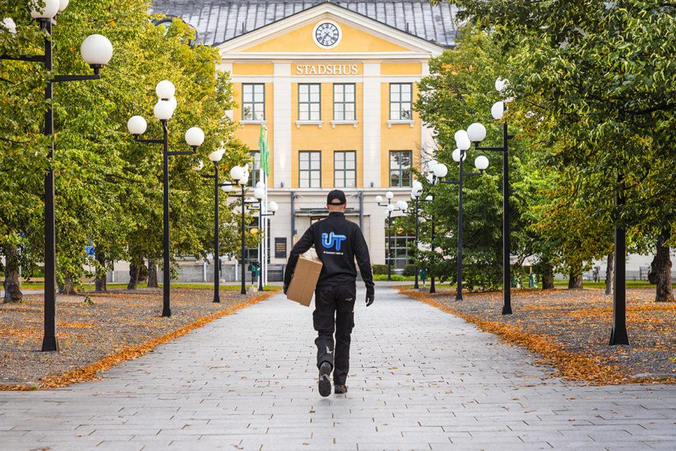 person med paket utanför stadshus