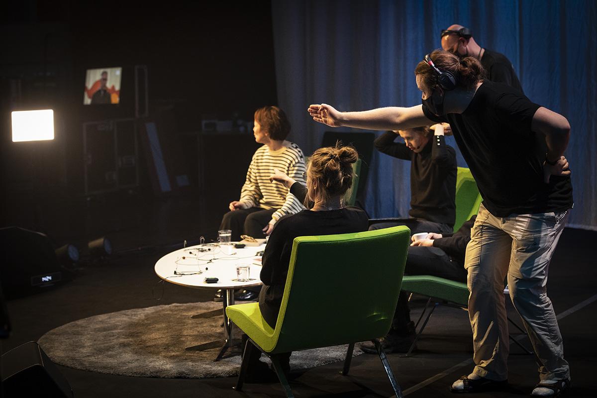 Personal informerar författare innan tv sändning under Littfest