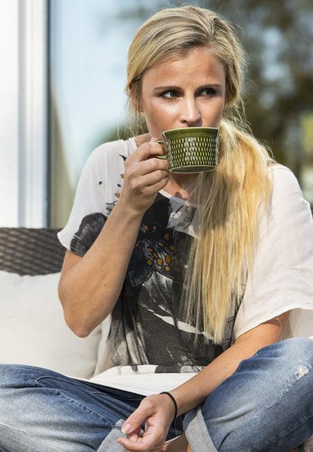 kvinna dricker kaffe ur kopp